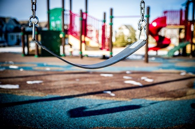 Płyty gumowe na plac zabaw - czym powinny się charakteryzować?