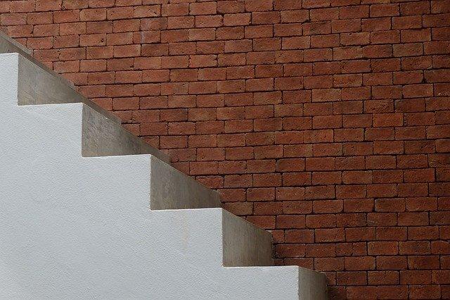 Jak tanio wykończyć schody betonowe?