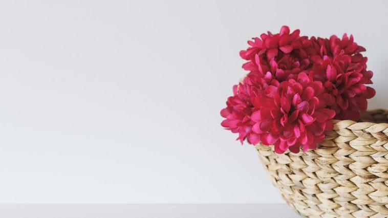Eksponuj sztuczne kwiaty w domu – w wazonach, koszach, pudełkach i wiaderkach