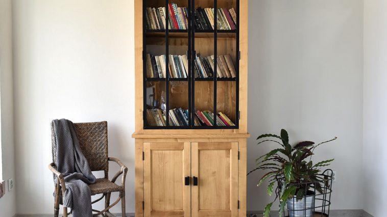 Drewniane witryny w aranżacji – przydatne informacje