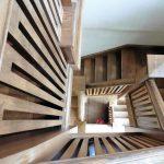 Czy warto zainwestować w schody zabiegowe drewniane?